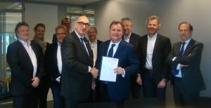 Burgemeester Albert van den Bosch ontvangt het Ondernemersmanifest uit handen van Hans Biesheuvel